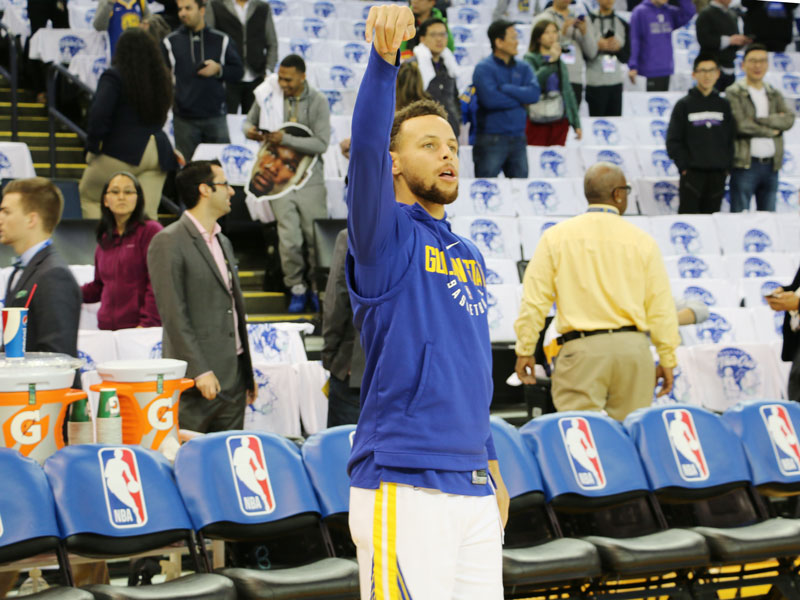 Stephen Curry warmed up but didn't play on Christmas, when the Golden State Warriors beat the Cleveland Cavaliers at Oracle Arena. (Jacob C. Palmer/S.F. Examiner)