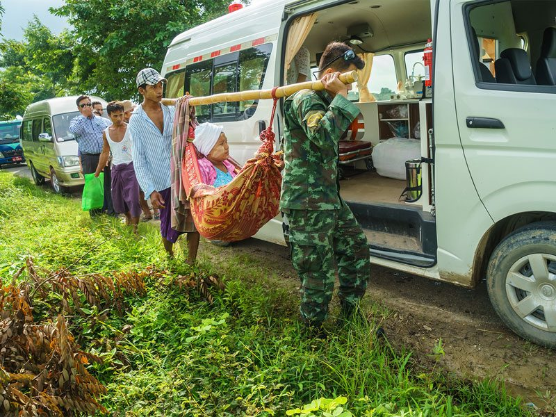 People travel for medical treatment from the Thai Military Medical Team during humanitarian assistance in Hinthada, Myanmar, on Sep 1, 2015. (Courtesy photo)