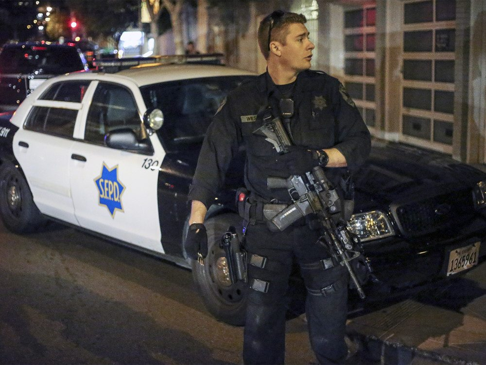 A San Francisco police officer responds to an active shooter situation in the Mission on Wednesday, Nov. 11, 2015. (Mike Koozmin/S.F. Examiner)